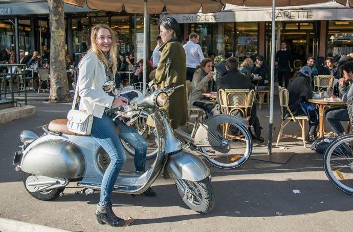 femme sur un scooter